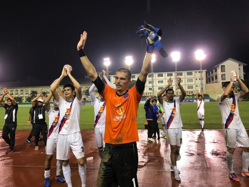 Man of the Match Marko Trkulja leads the team in thanking the Cebu crowd.