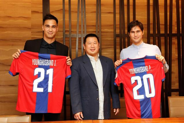Davao Aguilas Chairman Jefferson Cheng with James and Phil Younghusband at the contract signing ceremony held at Makati Shangri-la.