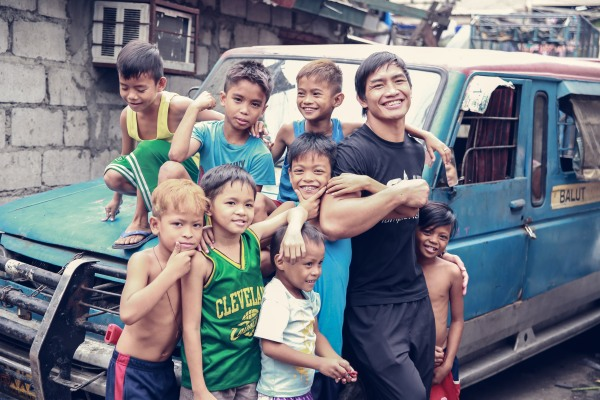 Eduard Folayang with Tondo kids