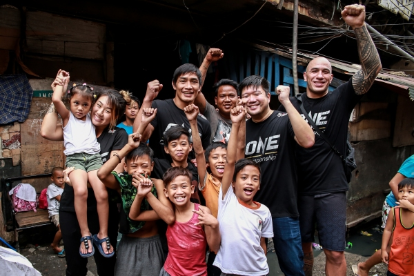Angela Lee, Eduard Folayang, Wei Soo, Brandon Vera with children of Tondo, Manila
