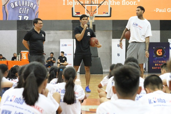 Thirdy Ravena (center), Willie Cauley-Stein (first from the right)