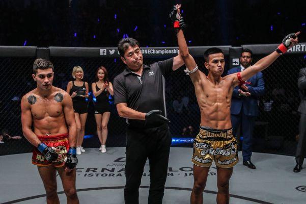 Rui Botelho, Atsushi Onari, Panpayak Jitmuangnon (© ONE Championship)