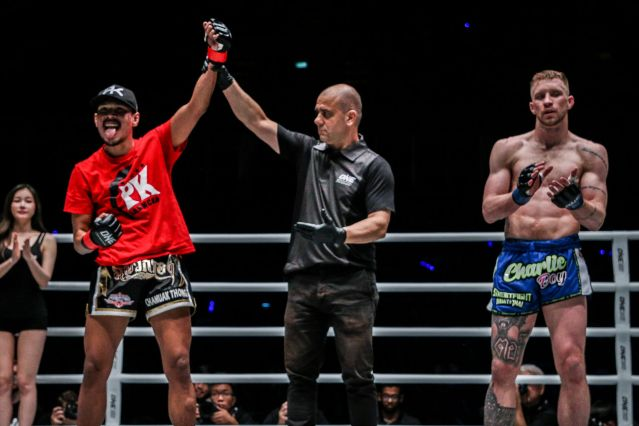 Chamuaktong Fightermuaythai, Elias Dolaptsis, Charlie Peters (© ONE Championship)