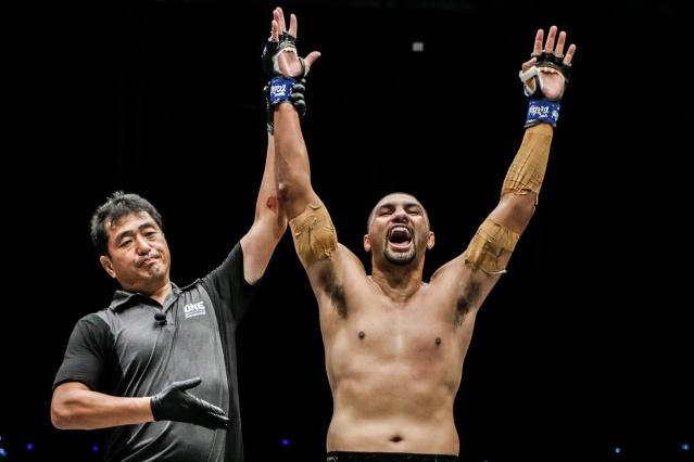 Atsushi Onari, Anderson Silva (©ONE Championship)