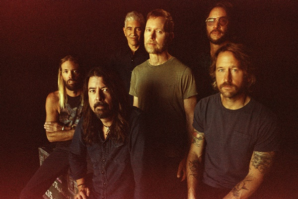 Taylor Hawkins, Dave Grohl, Pat Smear, Nate Mendel, Rami Jaffee, Chris Shiflett (©Danny Clinch)