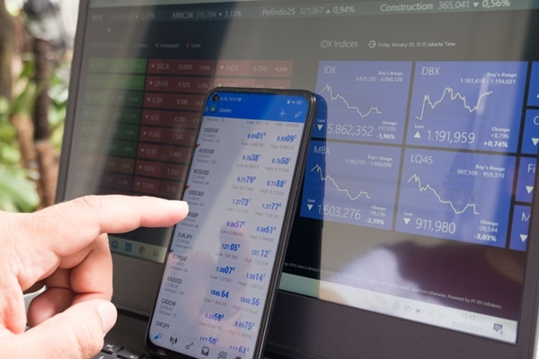 forex trading using smartphones and laptops (©Marga Santoso)
